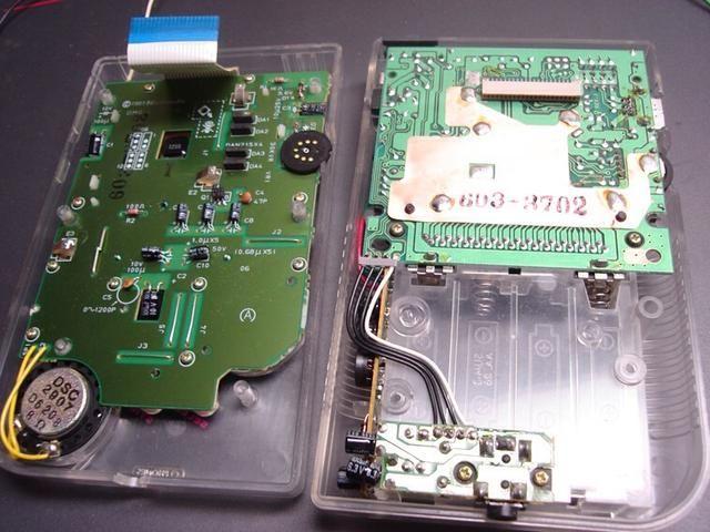 Ahora tome un momento para revisar el interior de la gameboy. En la imagen de arriba se puede ver los 3 puntos en el tablero que're going to be soldering to. Check step 7 for the wiring diagram.